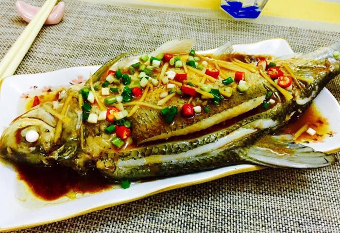 黄花菜荸荠煲鳊鱼